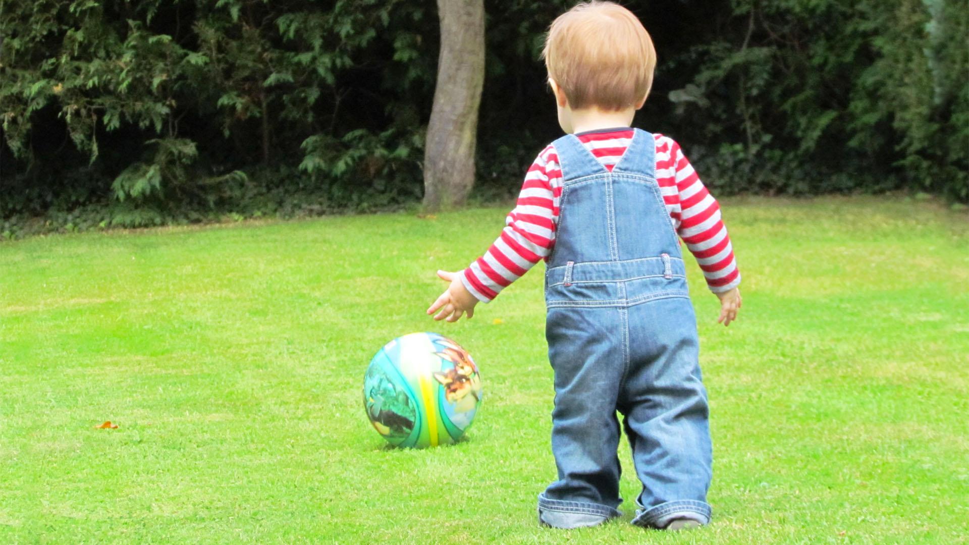 kind loopt speelt bal
