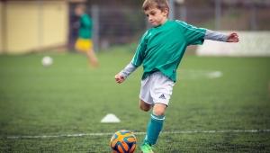 Voetballend kind